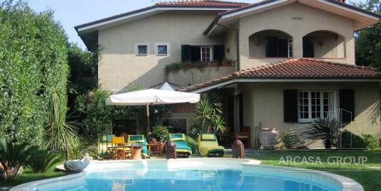 Villa con piscina vicino al mare a Forte Dei Marmi