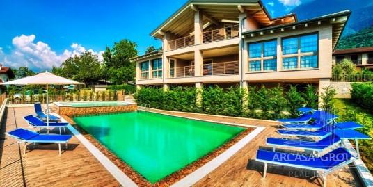 Nuovo villa con piscina e vista lago