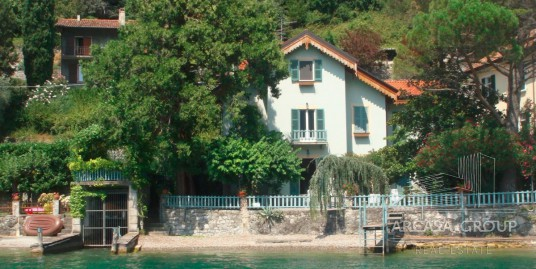 Villa sul lago con darsena e spiaggia privata